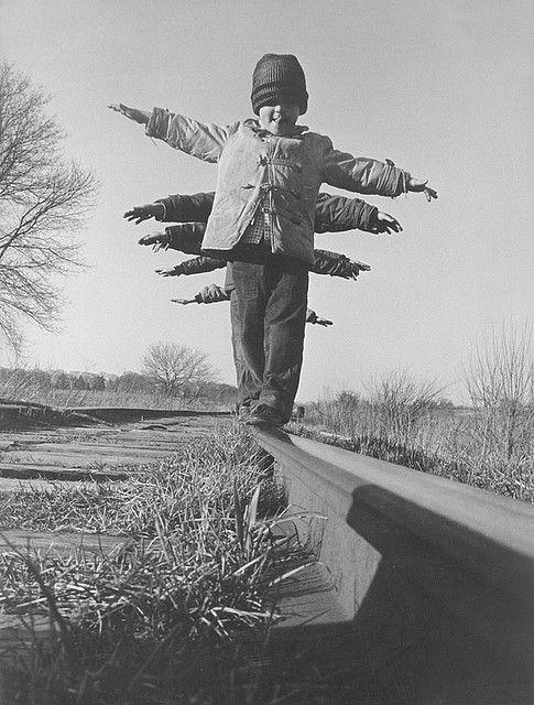 Kinderen lopen over een balk,en moeten hun evenwicht bewaren.
