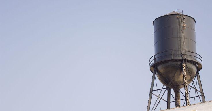 Cómo comprobar la presión del filtro del tanque de agua de ósmosis inversa. Un sistema de ósmosis inversa (RO) envía el agua a través de una membrana semi permeable a una tasa elevada de la presión. El agua pura atraviesa la membrana, mientras que los minerales y los residuos permanecen en el otro lado de la membrana. Si el nivel de agua en el tanque parece bajo o hay poca agua procedente del grifo, comprueba la presión ...