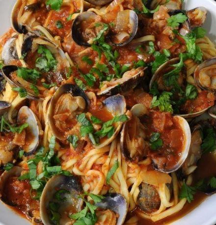 TROCCOLI CON LE VONGOLE AL SUGO - www.iopreparo.com:  I troccoli con le vongole al sugo sono un piatto di mare saporito e gustoso. Il sughetto è leggero e genuino.