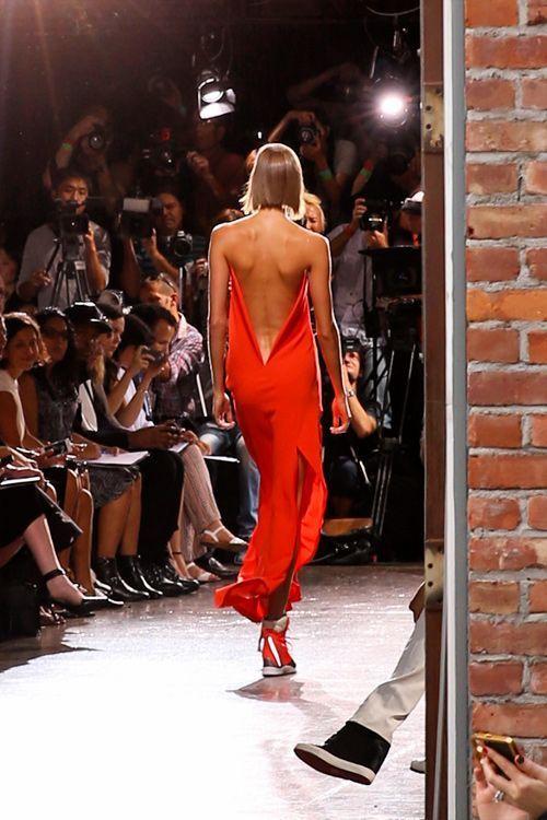 Dalle passerelle newyorkesi arriva forte la tendenza schiena nuda. Sensuale, elegante, d'effetto: solo per le donne che amano osare #fashion #nfw #amazing #moda #luxury #shopping #fashionweek