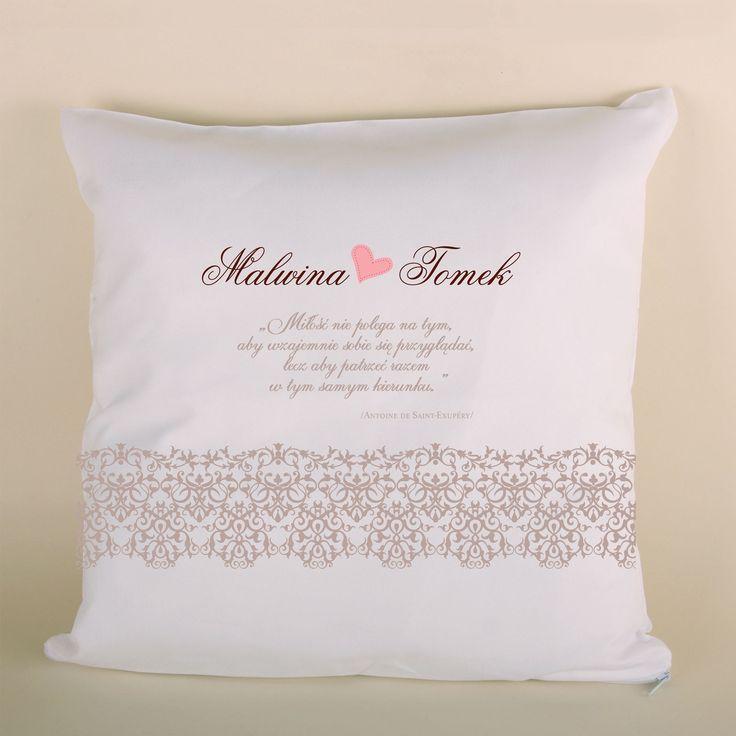 Poduszka ślubna koronkowa z motto to doskonały prezent dla bliskiej osoby.