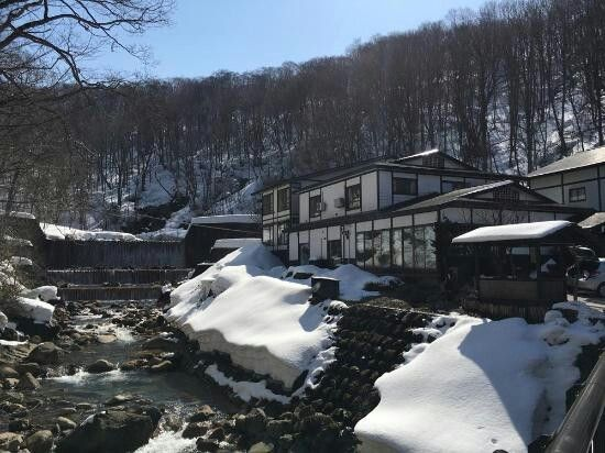 Taenoyu onsen overlooks waterfall
