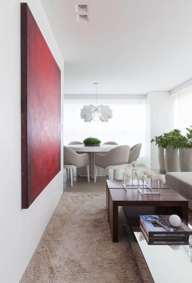 Sala e varanda se tornaram um espaço único com toda área social do apartamento.Os ambientes sociais envolvem um bloco central, revestido em Aço Corten em uma face, integrando e organizando esses ambientes. Curta e compartilhe:Leia Mais