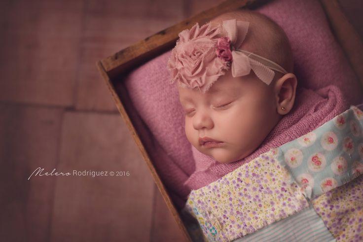 """Ginna llegó al estudio con 2 meses. Quisimos darle el mismo tratamiento que a un bebé recién nacido y funcionó!, Fue una sesión muy especial ya que Ginna durmió relajada casi todo el tiempo y nos permitió muchas tomas con varios cambios y poses. Si tu bebé ya nació, y crees que ya es tarde para fotografiarlo en el """"estilo newborn"""", no dejes de contactarnos, los resultados siguen siendo hermosos! melero rodriguez newborn photography © 2016"""