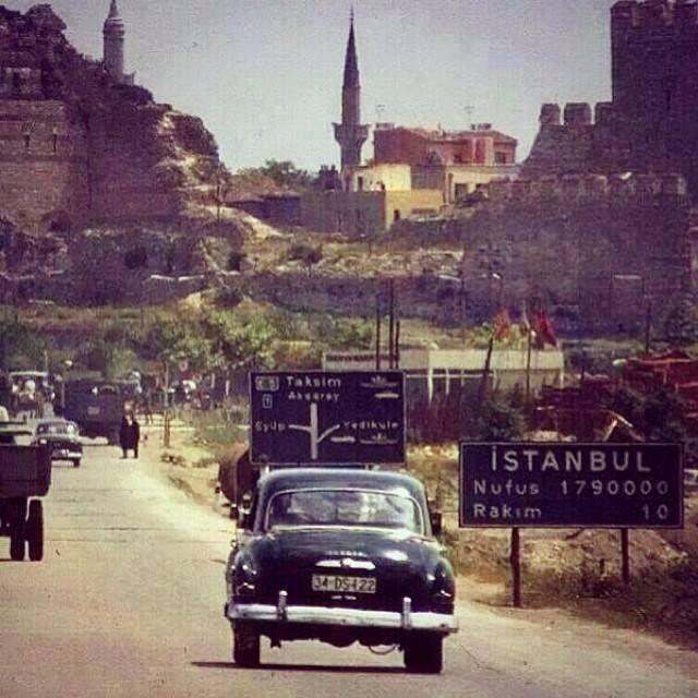 Bu İstanbul fotoğrafı 1966 yılından. Nüfus 1 milyon 790 bin. Peki, burası neresi? #İstanbulNostaljisi TOPKAPI: Sağdan giderseniz Yedikule'ye; soldan Eyüp'e varırsınız. Henüz köprü, yok. Henüz Topkapı'da OTOBÜS TERMİNALİ de YOK. Çünkü 1966'da İstanbul'un şehirlerarası otobüsleri HALA, SİRKECİ'den kalkıyor. Taa ki, 1970'e kadar. 1970'de bu fotoğrafta görülen yerin soluna ANADOLU, sağına TRAKYA otogarı yapılacak; ve o otogar, 1994'e kadar burada kalacak.