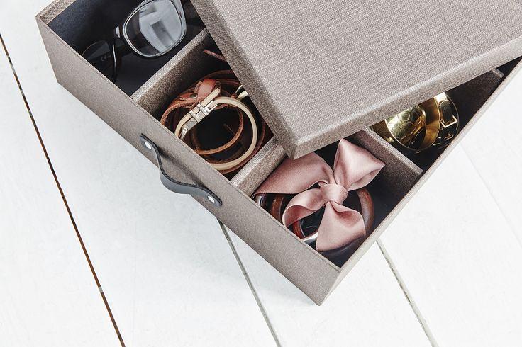 Vore Förvaringsbox med småfack. Förvaring med 12 st småfack, lock ingår. Ytskikt laminerat med canvas -struktur. Handtag i svart skinn.