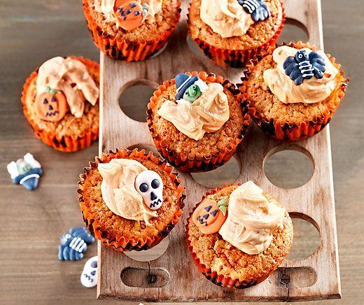 Halloween-Cupcakes: Blitzschnelle #Cupcakes mit Kürbis, Frischkäse und Puderzucker vertreiben böse Geister! #Rezept #Backparadies