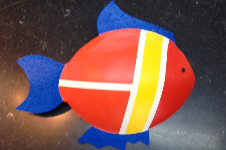 Strak geboetseerde keramiek Vis in primaire kleuren op hardsteen sokkel