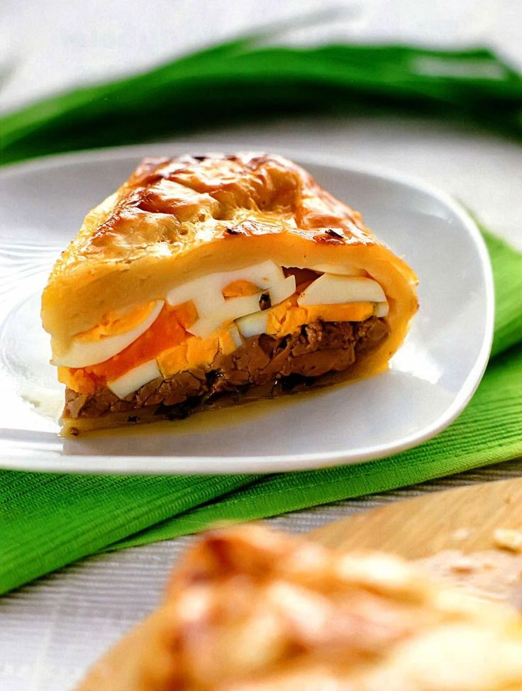 Пирог из яиц с луком и печенью трески