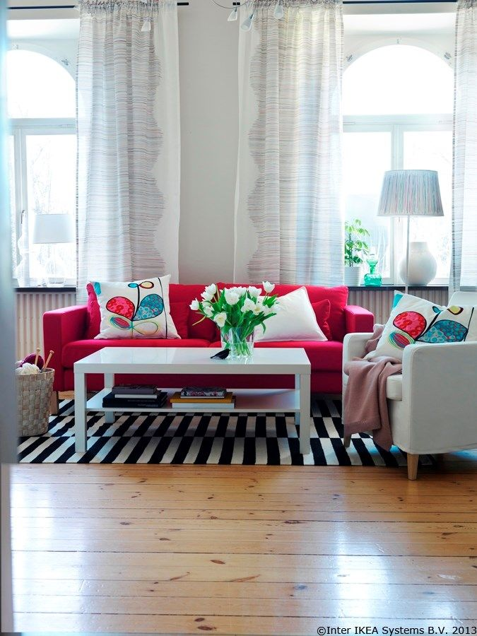 Putem transforma o cameră cu ajutorul textilelor. Nu ne crede pe cuvânt, uită-te la următoarea imagine   MALIN TRAD set de perdele MALIN TRÅD abajur KARLSTAD cadru canapea 3 locuri EIVOR KVIST pernă decorativă LACK măsuță cafea  www.IKEA.ro