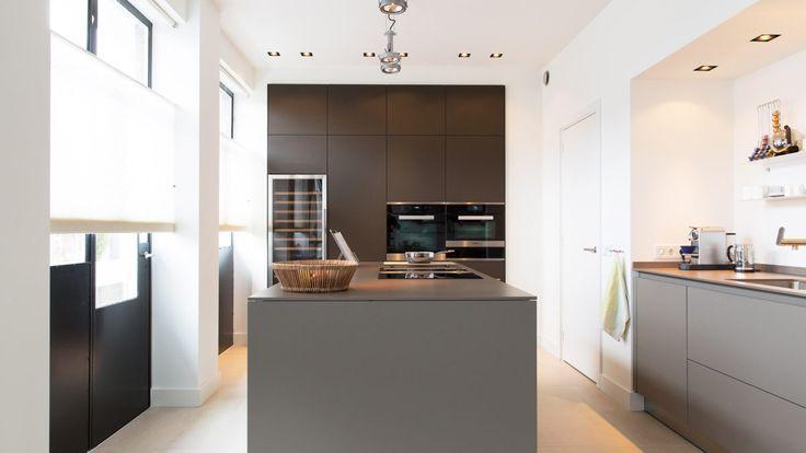 Voor een industriele look is boven het keukeneiland een Nomad Modular toegepast. De inbouwspots zijn de Trimless 1QR van  Deltalight.
