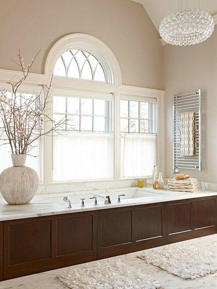 salle e bain beige avec un joli lustre en cristal