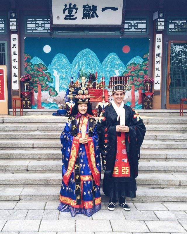 Свадебные костюмы населения земли - Вокруг света Южная Корея  В Южной Корее всё более популярны традиционные свадьбы. По древнему обычаю молодой муж сажает жену себе на спину и делает вокруг стола круг. Это символизирует, что она может положиться на него