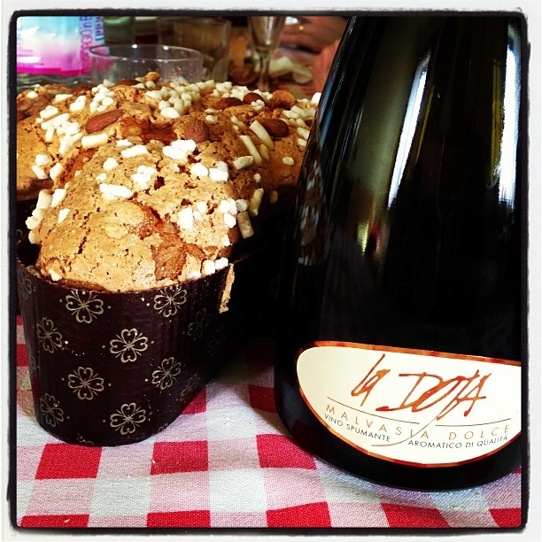 A #Easter day - #Pasqua #Malvasia e #Colomba - Grazie @irvingbarbieri - #JacopoMaestri #LaDoja #ItalianWine #Wine #Vino #ItalianCake #Cake #Dolci #sangeminianoitalia