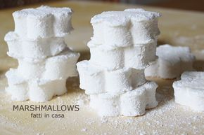 La mia ricetta per fare in casa soffici Marshmallows contiene pochi ingredienti ed è un mix di diverse ricette che ho trovato sul web e sui libri.