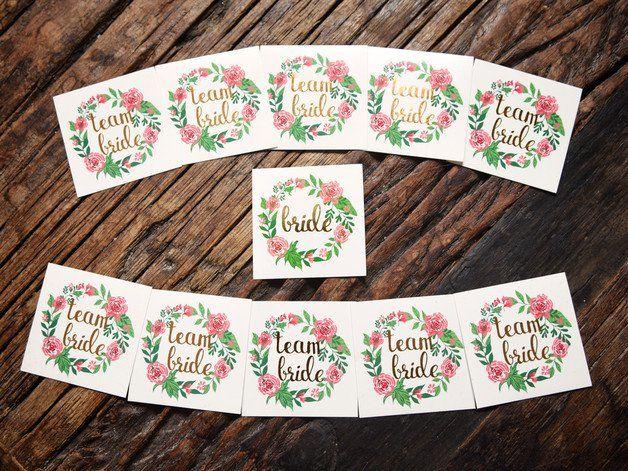 **Team Bride + Bride Gold Tattoo** Team Bride: Das perfekte Accessoire für euren Junggesellinnenabschied. Goldener Team Bride Schriftzug in einem Vintage Blumenkranz. Sieht auch am nächsten Tag...