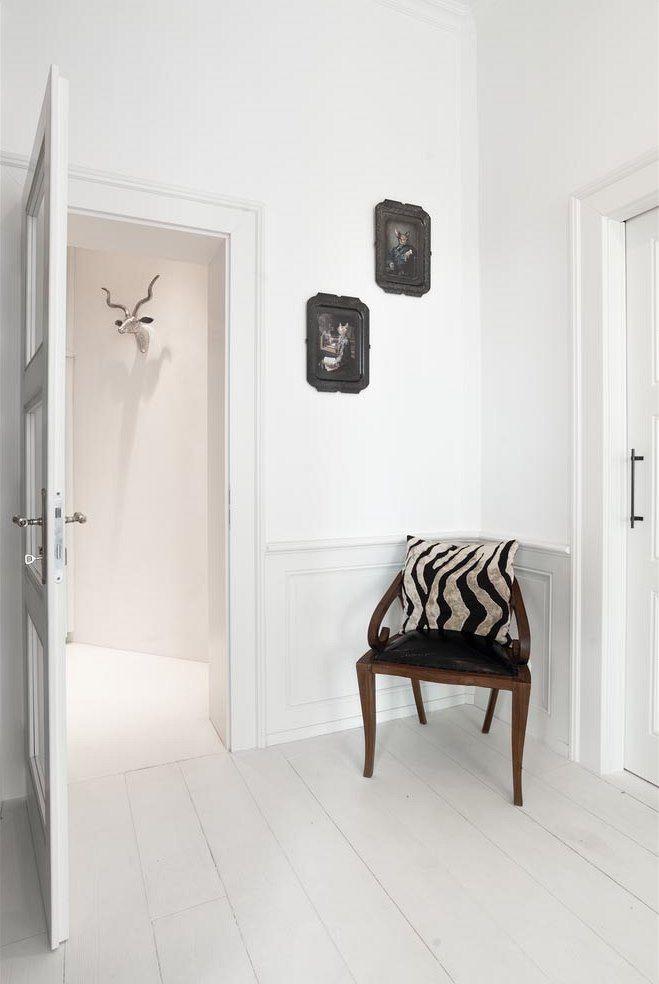 Celý interiér je laděný do bílé včetně masivní prkenné podlahy.