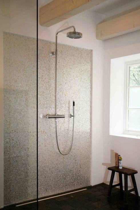 Moderne Duschwand mit Mosaikfliesen von Architektur- und Innenarchitekturbüro Bernd Lietzke. Noch mehr Ideen zu Duschwänden gibt es im Artikel zu sehen #duschwand #homify