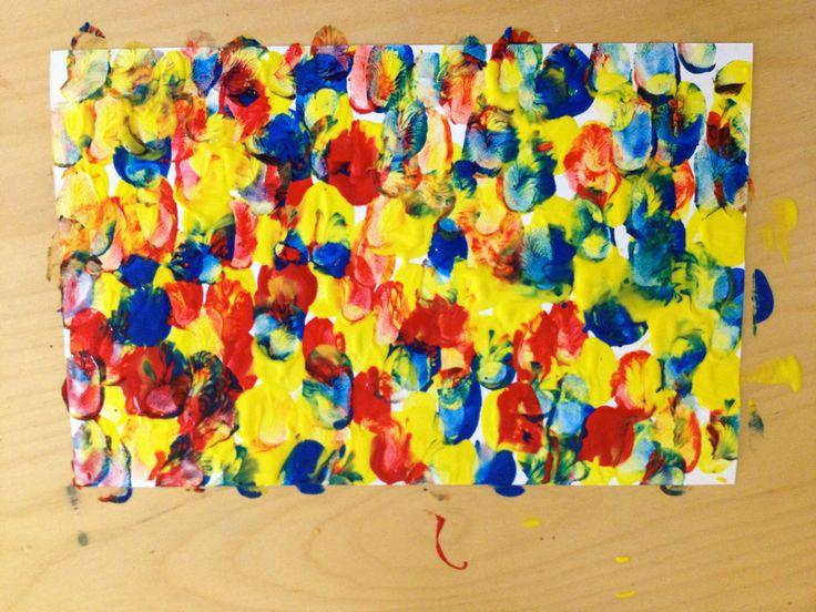 Ya que los niños hayan terminado es importante que vean si se creo otro color, ellos se darán cuenta de los nuevos colores y será importante mencionar cuales son y decirles que esos se llaman secundarios.