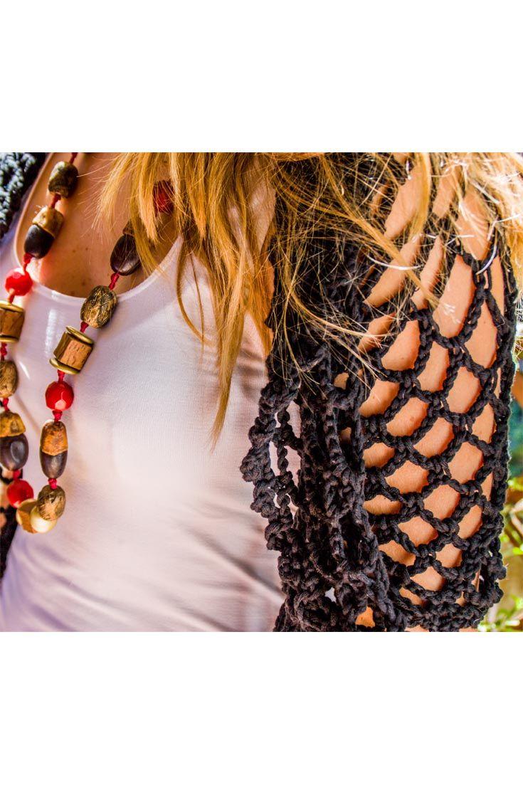 Giacchina in cotone, traforata, per le sere d'estate. Caratterizzata da un originale motivo a stella sulla schiena, ha le maniche corte e un piccolo collo sciallato. Comoda da indossare, si ripiega facilmente per metterla in una borsa.