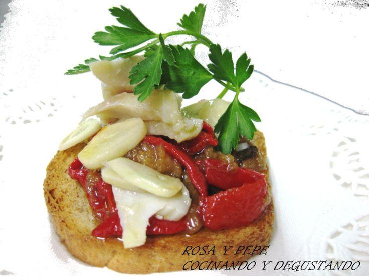 INGREDIENTES PARA 4 MONTADITOS 4 Rebanadas de pan integral tostado 1 Pimiento rojo grande asado y pelado 1 Berenje...
