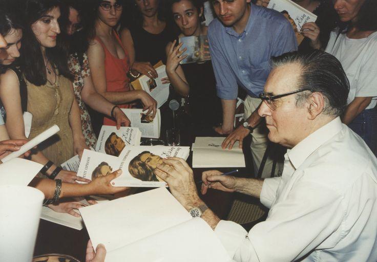 23/5/1996: Ο Φρέντυ Γερμανός υπογράφει αντίτυπα του βιβλίου του.