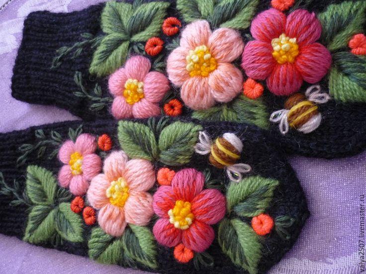 """Купить Варежки с ручной вышивкой""""Ягодки цветочки"""" - черный, цветочный, варежки, варежки с вышивкой, варежки с цветами"""