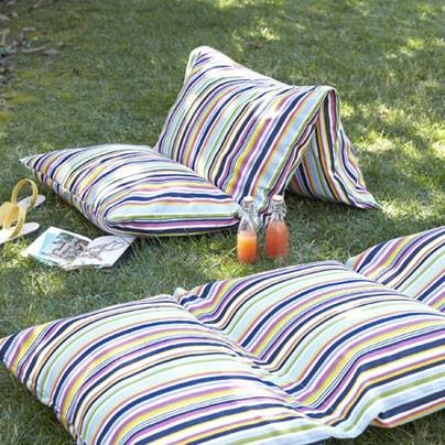 Weekend DIY: Make these super-comfy outdoor cushions -- perfect for a picnic -- out of three upcycled bed pillows.: http://cntry.lv/6036klZu