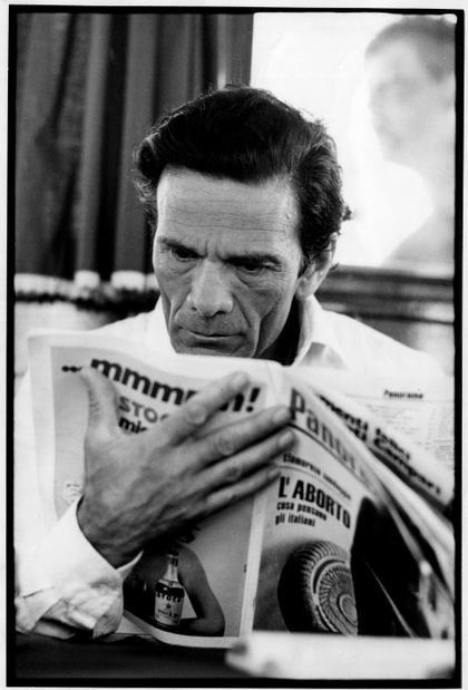 Grado, luglio 1974. Lo scrittore e regista italiano Pier Paolo Pasolini legge un numero del periodico Panorama la cui copertina è dedicata all'aborto.