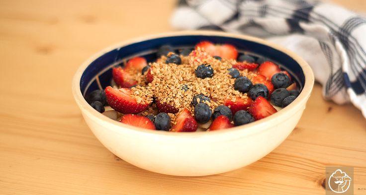 Das ultimative Frühstück für alle sport- und ernährungsbegeisterten Menschen. Das Quark-Leinöl Müsli versorgt deinen Körper mit ungesättigten Fettsäuren und schwefelhaltigen Aminosäuren. Das Müsli geht auf Dr. Johanna Budwig zurück und findet seinen Einsatz vor allem im Rahmen der sogenannten Öl-Eiweiß-Kost – hierbei handelt es sich um eine alternative Krebstherapie und kohlenhydratarme Diät.
