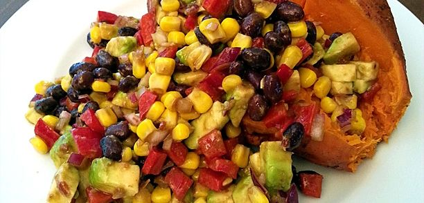 Een+gemakkelijke+Tex-Mex+salade+voor+de+zomer;+als+bijgerecht+(bijvoorbeeld+bij+de+barbecue)+of+als+hoofdgerecht+(bijvoorbeeld+met+een+gepofte+zoete+aardappel+zoals+op+de+foto)