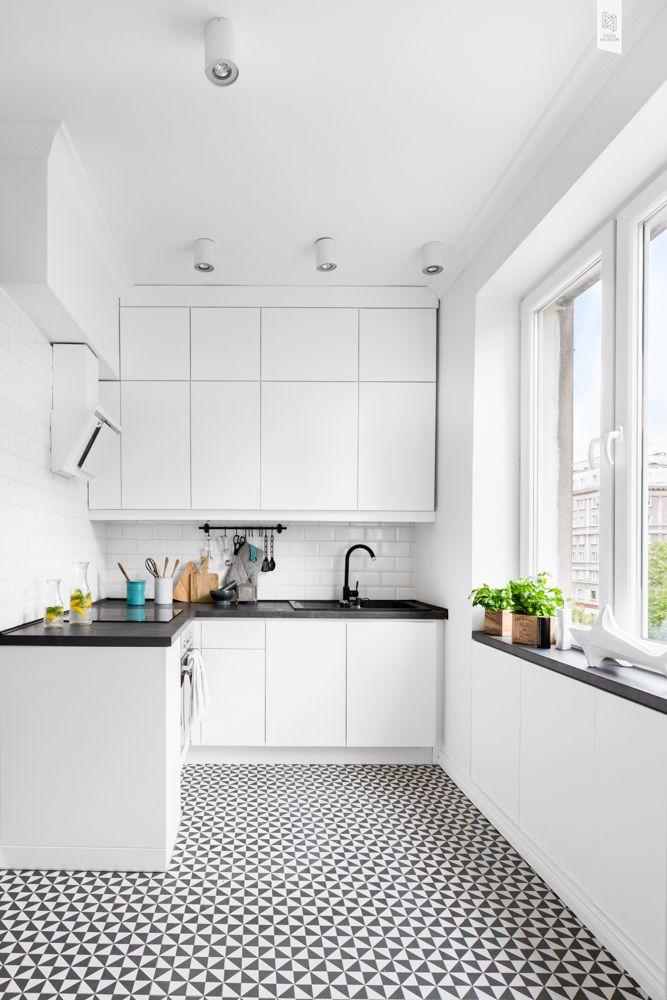 Biala Kuchnia Z Geometrycznymi Plytkami Na Podlodze W Projekcie Wz Studio Scandinavian Interior Kitchen Kitchen Room Design Kitchen Dining Room