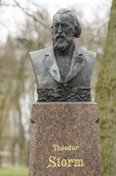 #Husum Hans Theodor Woldsen Storm wurde am 14. September 1817 in Husum geboren. Als 15-Jähriger schrieb er seine ersten Gedichte. Erste Veröffentlichung in den regionalen Zeitungen folgten. Ab 1837 studie...