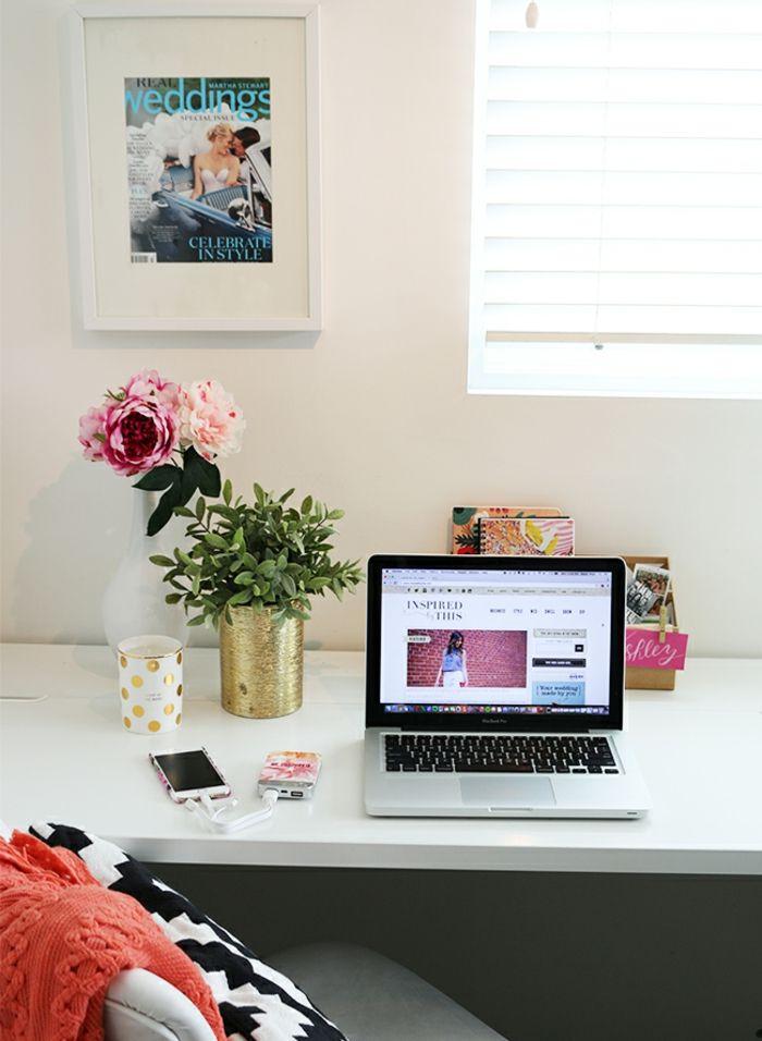 Trend Arbeitszimmer einrichten wei er Schreibtisch aus Holz Steckdose als Blumentopf Pfingstrosenstrauss Laptop und