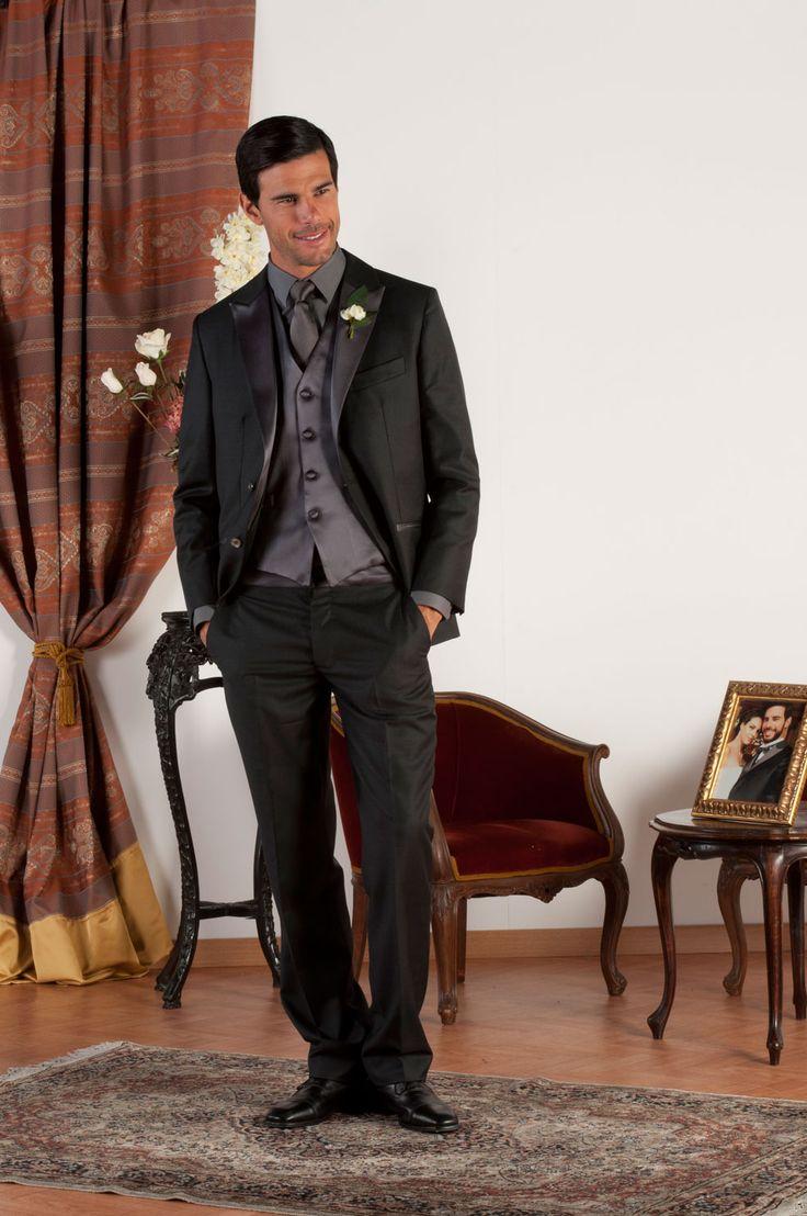 OLIVIER Abito sartoriale realizzato in fresco di lana nero con revers classiche in lucente raso antracite di seta, tasche a doppio filetto con profili in raso di seta antracite, gilet in raso di seta antracite, bottoni in madreperla naturale.