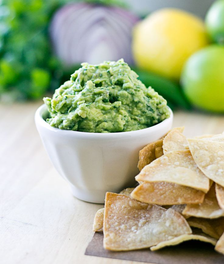 I bet you thought they used jalapeño peppers! And if you thought lime juice was the only citrus on deck, wrong again. | Chipotle Guacamole {Copycat Recipe} | Culinary Hill