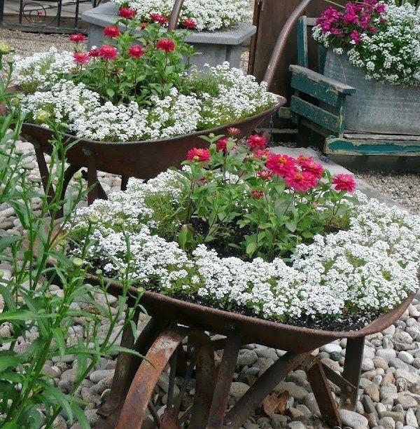 Idées récup pour le jardin : Avec de vieilles brouettes, faites de jolies jardinières fleuries pour le jardin !
