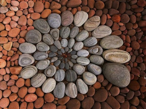 Gartenaccessoires - geometrische Garten Deko aus Steinen und Blättern