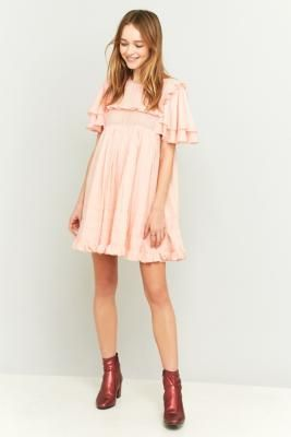 ¡Consigue este tipo de vestido informal de Manoush ahora! Haz clic para ver los detalles. Envíos gratis a toda España. Manoush Pink Ruffle Babydoll Dress - Womens 36: You'll look like a total doll in this pink and ruffled dress by boho-chic Manoush. Lightweight woven outer in a slightly oversized empire waist silhouette. Pink tuck bodice with a ruffle accented bib. Topped with extra-long tiered long sleeves with pleated detailing. Keyhole button closure to the reverse. Finished with a…