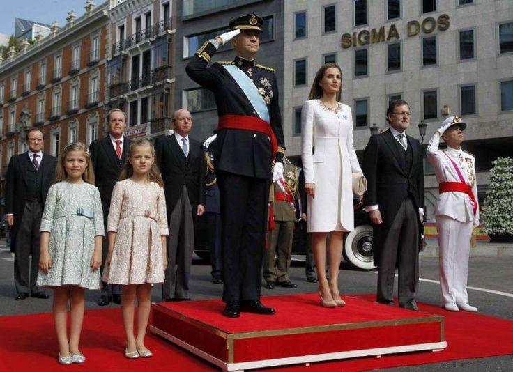 iI padre Felipe VI è appena diventato re di Spagna, dopo l'abdicazione di Juan Carlos I, ormai anziano e travolto da spiacevoli vicende giuridiche. Felipe sembra ora l'uomo giusto a risollevare le sorti del regno grazie anche a un buon consenso popolare. La figlia Leonor è la diretta erede al trono con i suoi 8 anni e un bellissimo visino dolce, contornato da capelli biondi e grandi occhi blu.