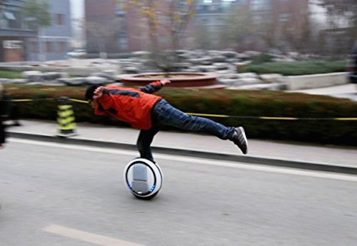Self Balancing #Unicycle #ElectricScooter http://thegadgetflow.com/portfolio/self-balancing-unicycle-electric-scooter/?utm_content=bufferee5e8&utm_medium=pinterest&utm_source=pinterest.com&utm_campaign=buffer Amazing transport for a common walking person!