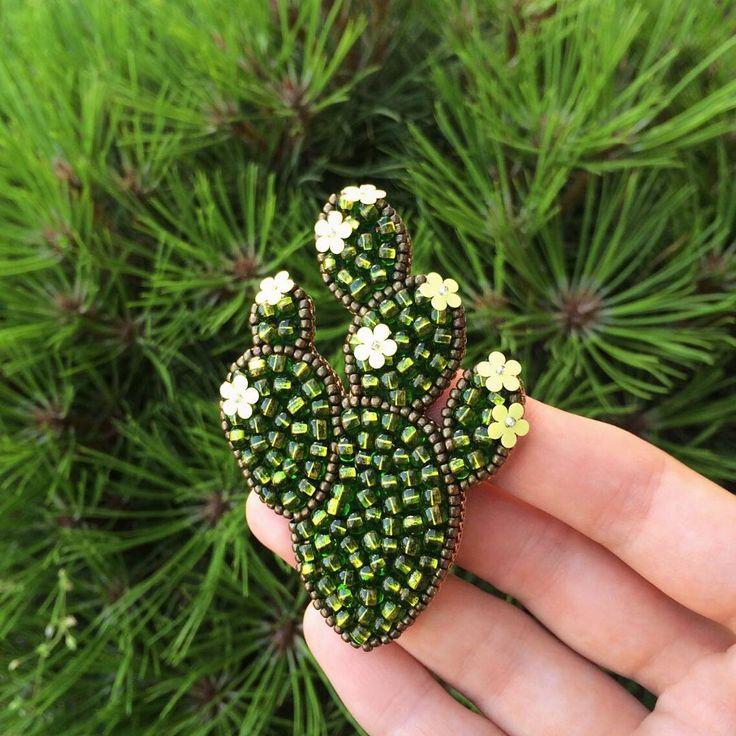 Многогранный зелёный в темно-золотом обрамлении ✨ Этот кактус останется единственным в своём роде, но мотив опунции так и хочется ещё воплотить в разных цветах