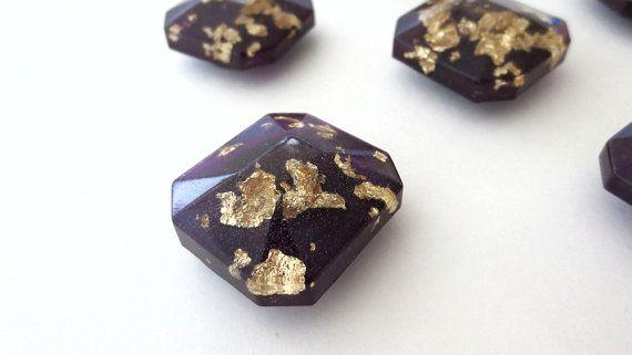 Elk van deze handgemaakte hars en bladgoud edelsteen magneten zijn gemengd, gegoten, en met de hand geschilderd om toe te voegen een chique, luxe uitstraling aan uw kantoorbenodigdheden. Deze sieraden geïnspireerd magneten functie lagen van vlokken zilver blad opgeschort in een duidelijk gem-vormige hars gegoten. De achterwanden zijn geëmailleerd met een licht glinsterende rijke plum purple waarin flitsen van blauw in een bepaalde hoek.  En ze zijn niet alleen voor decoratie — deze magneten…