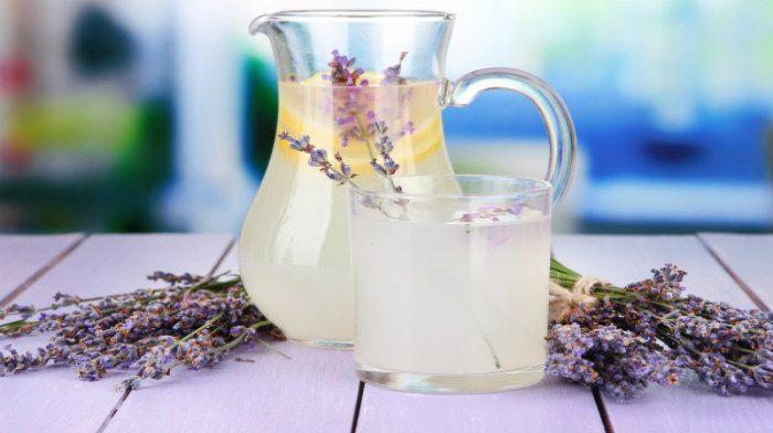 Лавандовый лимонад — потрясающий летний напиток: лаванда успокаивает в жаркий день, а ее аромат пробуждает сладкие воспоминания.
