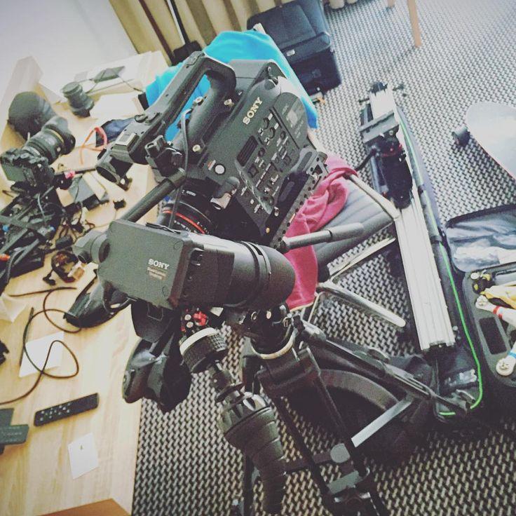 в куче оборудования его трудно не заметить - слайдер Slidekamera X-SLIDER 1500 BASIC и его коллеги по работе... #slidekamera #filmmaking #videoproduction