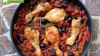Pollo al Chilindron - unser spanischer Hähnchen Eintopf mit gegrillten Paprikas, würzigen Oliven und scharfer Chorizo! Bunt, einfach und super lecker!