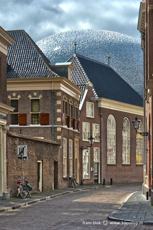 What's that unidentified object looming just around the corner from this street in the historic town centre of Zwolle? It's the extension of art museum De Fundatie, wjich was opened in 2013 and was built after a design by Bierman Henket architects