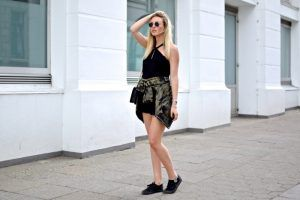 - Look von Shoppisticated - http://app-lookbook.blogwalk.de/2016/07/17/camouflage-bomber-short-black-jumpsuit/