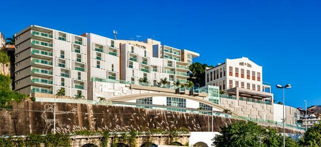 O design moderno das fachadas Folding Screen valoriza a arquitetura e a vista incrível para a Baía de Todos os Santos.