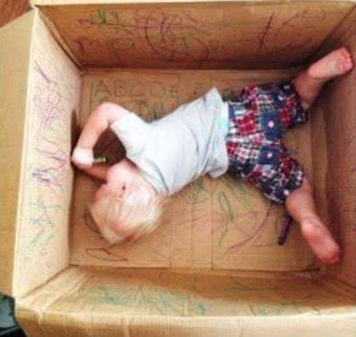 Du brauchst eine neue Idee, um Dein Kind zu beschäftigen? Nimm einen Umzugskarton und schon hast Du eine Mal-Box füs Kind.